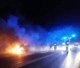 W nocy spłonął samochód osobowy. Kierowca został poparzony! [FOTO]