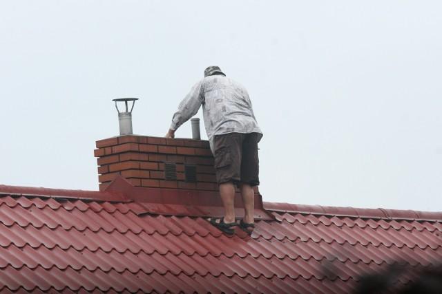 Zdjęcie ilustracyjne. Kobieta wpadła do komina podczas prowadzonych na dachu prac montażowych