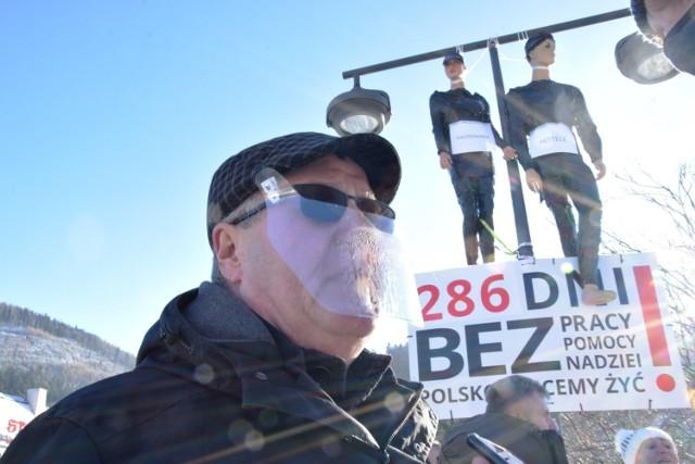 Protest przedsiębiorców w Szczyrku. W niedzielę 27 grudnia w samo południe na placu św. Jakuba zawisły kukły symbolizujące gastronomię i hotelarstwo