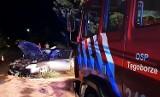 Tęgoborze. Nissan roztrzaskał się o przydrożne drzewo. Osoba poszkodowana w szpitalu
