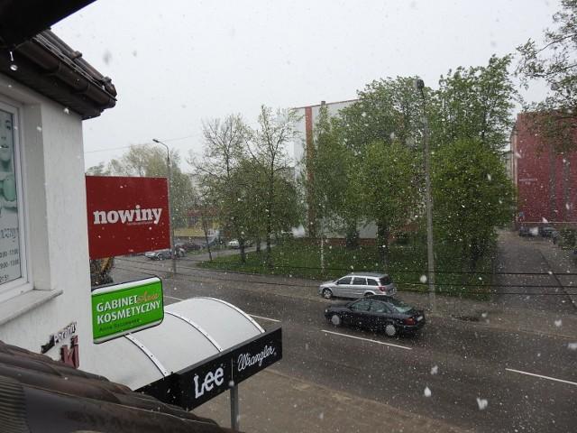 Taki widok mieliśmy z okna bielskiej redakcji. Śnieg padał parę minut , później znów zaświeciło słońce.