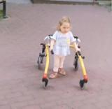 Laura Paczuła, która choruje na SMA zaczęła chodzić. To efekt podania Zolgensmy, najdroższego leku świata