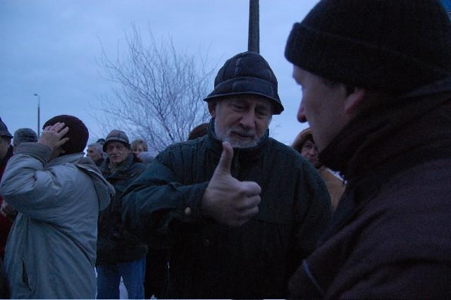 Czesław G. nie wyszedł do mieszkanców skandujących pod oknami (na zdjęciu kilku z nich)