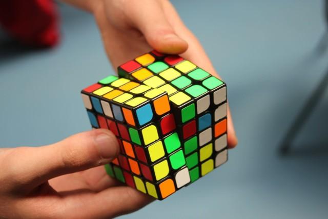 250 zawodników rywalizuje ze sobą aż w 10 konkurencjach. Oprócz klasycznej kostki Rubika 3x3x3, uczestnicy Pucharu Polski Online zmierzą się z małą kostką 2x2x2, większymi kostkami 4x4x4 i 5x5x5, Pyraminxem (czterościan w kształcie piramidy), dwunastościennym Megaminxem, zmiennokształtnymi Squarem i Skwebem, a niektórzy rywalizują układając kostkę Rubika jedną ręką.
