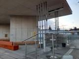 Załamuje się dach dworca PKS w Wągrowcu? Wzmacniają go metalowe podpory. Woda kapie do wiadra