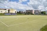 Boiska przy Szkole Podstawowej numer 4 w Jędrzejowie nabiorą nowego blasku. Będzie boisko do siatkówki plażowej i nowa bieżnia (ZDJĘCIA)
