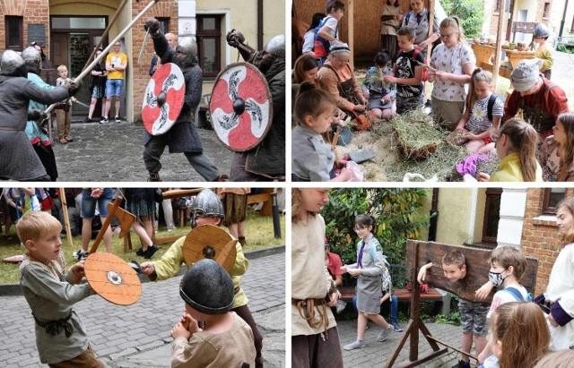 W ramach Ino Pop Festiwalu na dziedzińcu Błękitnej Kamienicy przy ul. Kasztelańskiej w Inowrocławiu swoje obozowisko rozbili Wikingowie. Odbyły się między innymi pokazy walk