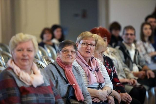 Seniorzy w tym roku mogą złożyć wniosek o specjalne wsparcie. Dodatek do emerytury w wysokości 500 zł mogą otrzyma ci, którzy spełnią nie tylko kryterium dochodowe. Kto może liczyć na 500 plus dla seniora? Jakie kryteria dokładnie trzeba będzie spełnić? Sprawdźcie!/b]   WIĘCEJ SZCZEGÓŁÓW O 500 PLUS DLA SENIORÓW >>> TUTAJ