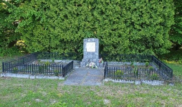Pomnik poświęcony pamięci 130 więźniów, głównie Żydów z zachodniej Europy, m.in. Holandii, którzy byli wykorzystywani przez Niemców w czasie wojny do pracy w podobozie w Zebrzydowicach