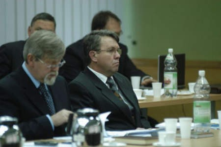 Mirosław Kożdoń (z prawej) już wie, że na nadchodzącej sesji radni będę głosować nad jego odwołaniem z funkcji starosty.