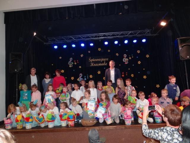 Przedszkolaki śpiewające w GCK w Dobrzycy