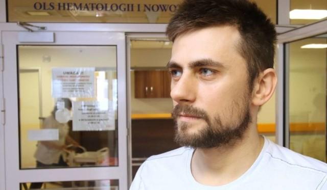 Michał przebywa obecnie w Klinice Hematologii i Transplantacji Szpiku na kieleckiej Onkologii. Lekarze zabronili mu golić brody, bo zranienie mogłoby być dla niego groźne.