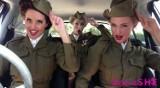 Trzy piękne dziewczyny pokazują... historię muzyki