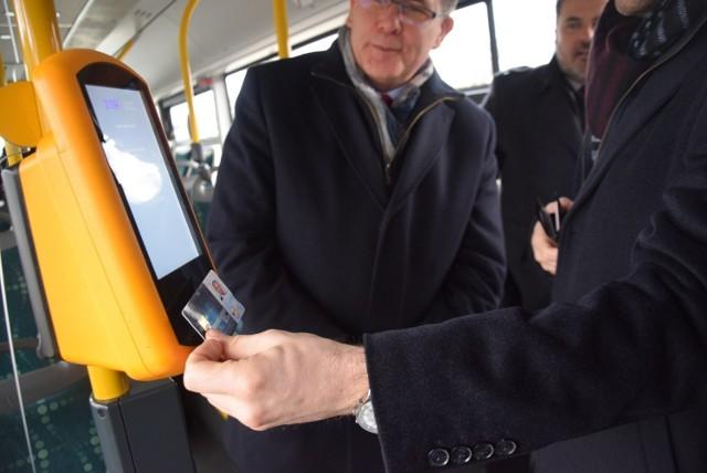 Prezentacja płacenia kartą w pojazdach komunikacji publicznej w Tychach