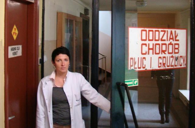 Ordynator oddziału płucnego Krystyna Socha-Babiuch nie ukrywa, że czas stanął tutaj w miejscu