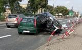 Wypadek w Kościelnej Wsi pod Kaliszem. Odbił się od barierek i zatrzymał się na masce drugiego auta. ZDJĘCIA