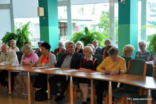 Seniorzy słuchają wykładu dr hab. prof. Jacka Pielasa