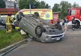 Bardzo groźny wypadek na ul. Zaporoskiej we Wrocławiu. Dachowało auto, jedna osoba ranna [ZDJĘCIA]
