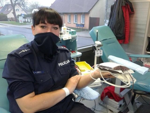 Anna Matys ze szczecineckiej policji oddaje krew