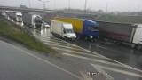 Kraków. Trudne warunki na drogach w deszczowy poniedziałek. Ogromne korki w całym mieście