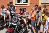 Motocykliści z Moto Łapy, odwiedzili dziś uczniów ze szkół podstawowych nr 4 i 11 w Jarosławiu. Zobaczcie, jaką radość sprawili dzieciakom