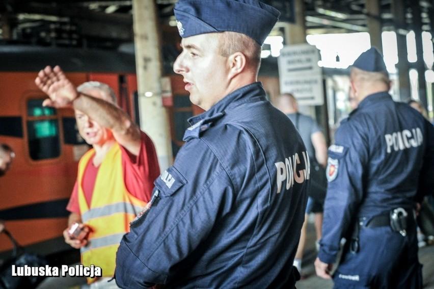 W Kostrzynie policjanci dbają o bezpieczeństwo podróżujących...
