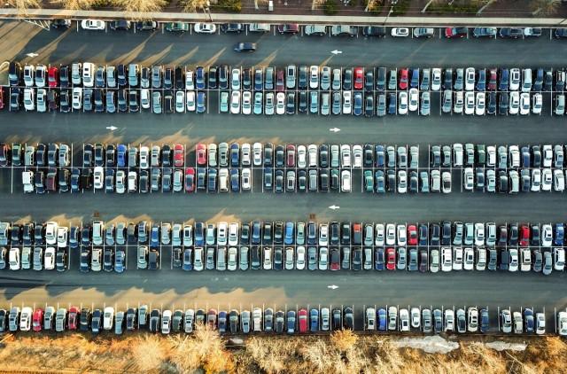 Gdzie kradną samochody najczęściej, a gdzie najrzadziej w Polsce? Niestety nie ma regionu w kraju, gdzie w ogóle nie dochodzi do kradzieży samochodów, ale są miejsca, w których jest ich bardzo mało w skali kraju, bądź przeciwnie - bardzo dużo. Zobacz, gdzie!