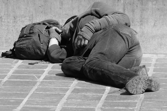 Policjanci przypominają, że jeśli zauważymy człowieka leżącego na chodniku, czy śpiącego na ławce, nie pozostawajmy obojętni na jego los.