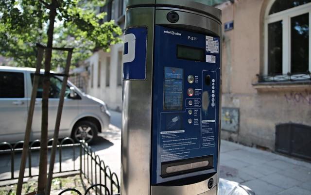Miasto skierowało do sądu sprawę zapłaty mandatu za brak biletu parkingowego, mimo że osoba, której wystawiono dodatkową opłatę zmarła. Sąd przyznał rację gminie i spadkobiercy muszą pokryć należność wobec miasta w wysokości 50 zł.