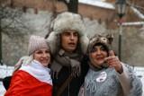 Kraków. Ivan Komarenko i Grzegorz Braun wzięli udział w proteście przeciwko pandemicznym obostrzeniom. Były śpiewy i teorie spiskowe ZDJĘCIA