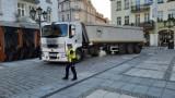 Pijany kierowca wjechał ciężarówką na Główny Rynek w Kaliszu. Straż miejska ujawniła wideo