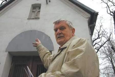 Włodzimierz Starościak pod ocaloną kapliczką przy ulicy Legionów Polskich.