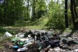 Olkusz. Sterty śmieci na terenach zielonych przy ulicy Żuradzkiej. Tu młodzież urządza imprezy. Czy UMiG wie o problemie? [ZDJĘCIA]