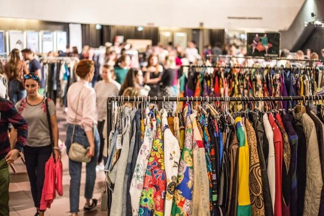 Targi Vintage Day to okazja dla wszystkich pasjonatów mody vintage do zdobycia ciekawych i wyszukanych ubrań dodatków oraz butów. Rzeczy nowe i używane, zawsze oryginalne i wyjątkowe. Spotkacie tam najlepszych wystawców z całej Polski, którzy zadbają o to, aby wasza szafa była bogatsza w szlachetne materiały i wyjątkowe fasony, których nie znajdziesz w dzisiejszych sieciówkach.  Gdzie: Kino Luna  Kiedy: 28 marca Wstęp: darmowy