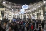 """Świąteczna iluminacja rozbłysła w Warszawie. Świetlny labirynt i inne nowości. """"Takiej iluminacji nie było jeszcze nigdy"""""""