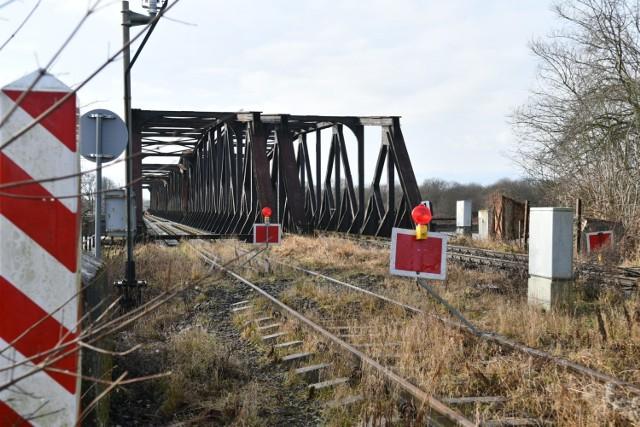 Po polskiej stronie Odry ruszyły już prace związane z rozbiórką, a potem budową nowego mostu kolejowego na Odrze.