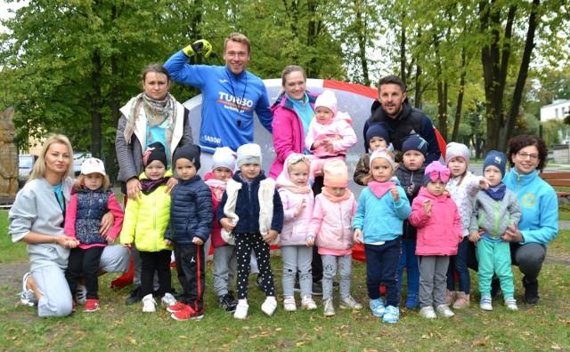 """Słynny """"Turbokozak Gabor"""" Grzegorz Jędrzejewski (stoi w środku, w niebieskiej bluzie) gościł w Przedszkolu Słoneczko w Busku-Zdroju."""