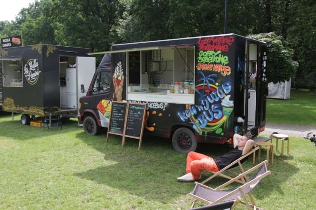 Zlot food trucków w Dolinie Trzech Stawów w Katowicach.   Zobacz kolejne zdjęcia. Przesuwaj zdjęcia w prawo - naciśnij strzałkę lub przycisk NASTĘPNE