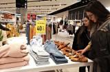 Te sklepy znikają z Polski. Znane marki wycofują się. Są ogromne wyprzedaże. Sprawdź, które sieci handlowe już uciekły z naszego kraju