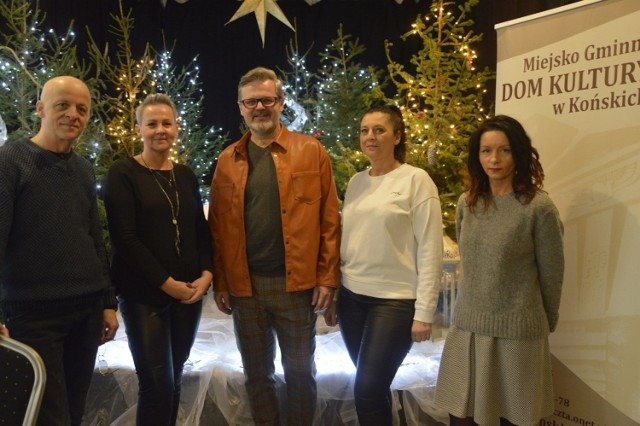 Na zdjęciu twórcy wieczoru wigilijnego w koneckim domu kultury (od prawej): Anna Wiaderna, Małgorzata Pasek, dyrektor Piotr Salata, Urszula Nowicka i Roman Cieślak