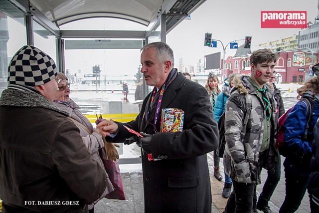 Od kilku lat wolontariuszem kwestującym na rzecz WOŚP w Wałbrzychu jest Roman Szełemej, prezydent miasta