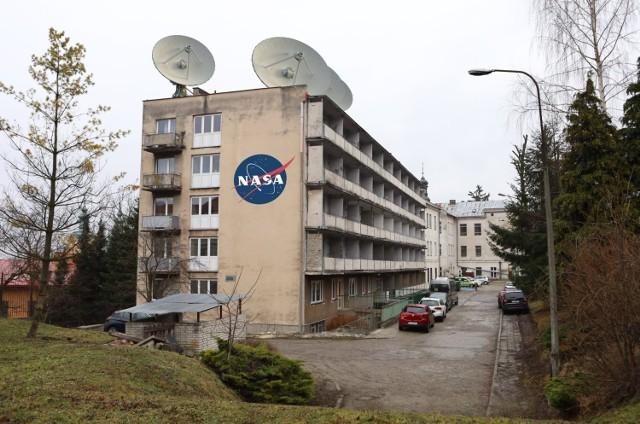 """Żart nr 1. Specjalny Ośrodek Szkolny Wychowawczy w Przemyślu poinformował, że został wytypowany do projektu """"Polska w kosmosie"""" i będzie współpracował z Polską Agencją Kosmiczną, Ministerstwem Rozwoju i amerykańską NASA. Ogromne anteny na dachu szkoły i internetu miały służyć do badań w tym programie."""