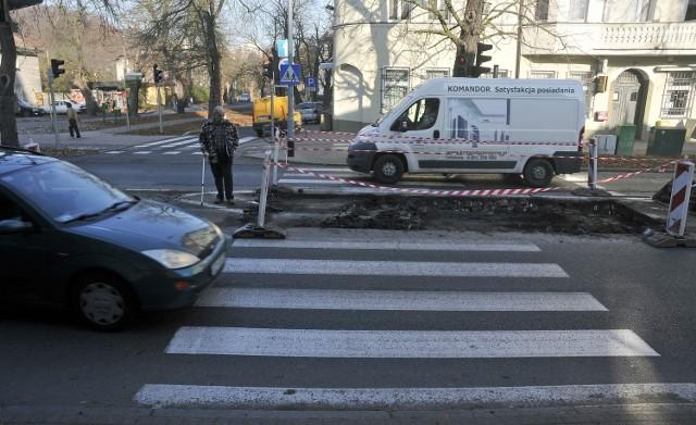 na ul. Stary Rynek powstaje azyl dla pieszych