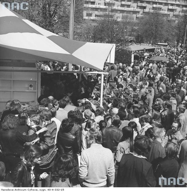 Kiermasz książek przed Pałacem Kultury i Nauki w Warszawie podczas Dni Oświaty, Książki i Prasy / 1980 rok