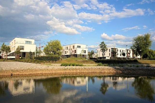 Według założeń Nova Królikarnia ma stanowić nie tylko sąsiedztwo popularnego wśród warszawiaków parku, ale jego przedłużenie. Inspirowane ideą miasta-ogrodu osiedle stawia zatem na niskie budynki otoczone zielenią oraz terenami rekreacyjnymi. Na terenie inwestycji powstanie m.in. nowy park z dodatkową atrakcją – sztucznym jeziorem.
