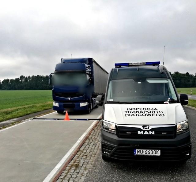 Inspektorzy ITD z Kędzierzyna-Koźla zatrzymali ciężarowe renault na punkcie kontrolnym w Księżym Lesie.
