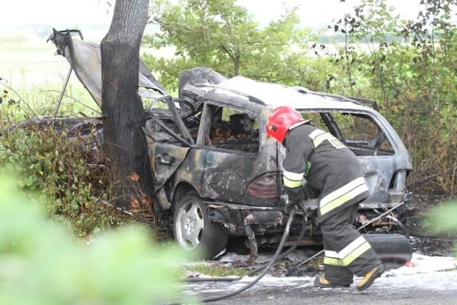 Pracujący na miejscu zdarzenia funkcjonariusze ustalili również, że 18-latek nie posiada praw jazdy. Jego dwaj pasażerowie byli pod wpływem alkoholu.  Badanie stanu trzeźwości Ernesta D. nie było możliwe z uwagi na ciężki stan zdrowia. Kierująca volkswagenem była trzeźwa. Teraz prowadzone postępowanie wyjaśni dokładne okoliczności wypadku.