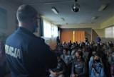 Bytowscy policjanci rozmawiają z maluchami o bezpieczeństwie i zagrożeniach w internecie