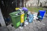 Śmieci w Warszawie wysypują się z kontenerów. Nowe zasady, wysokie opłaty i stare problemy