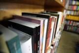 Biblioteka w Mikołajkach Pomorskich z kodami dostępu do audiobooków i e-booków